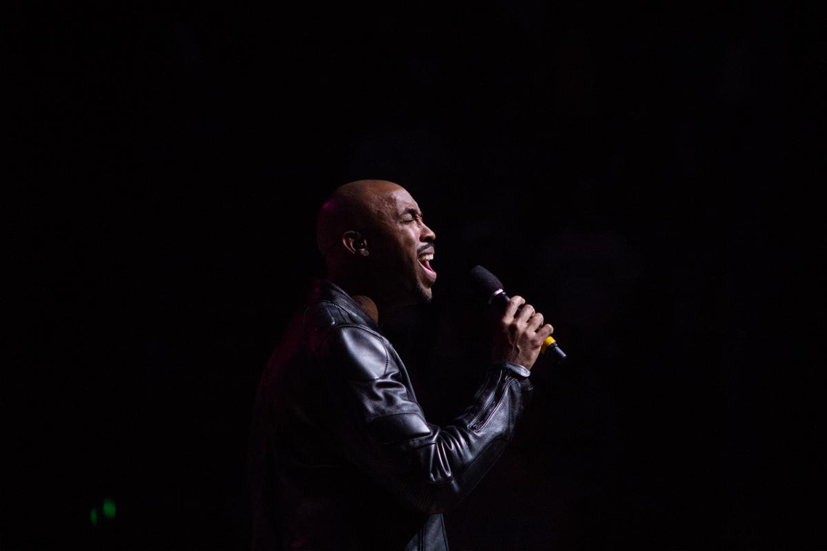"Montell Jordan singing ""This is how we do it"" / Kimani Okearah"